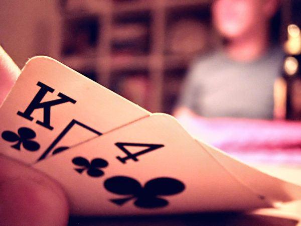 Soñar que pierdes jugando a las cartas