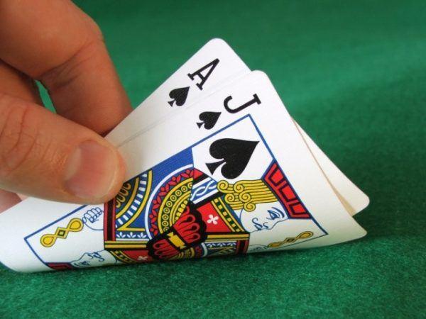 Soñar que ves a otras personas jugar a las cartas