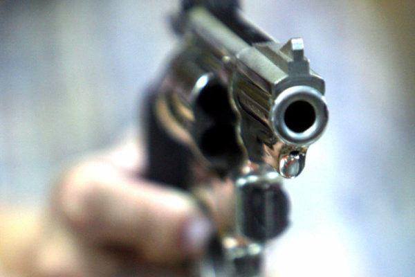 sonar-con-peleas-con-pistolas
