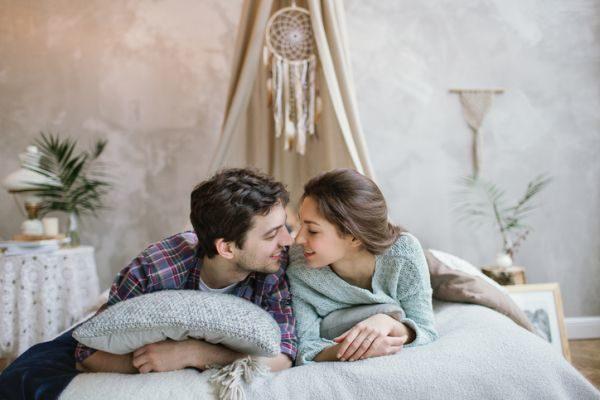 como-hacer-un-atrapasuenos-a-crochet-pareja-en-la-cama