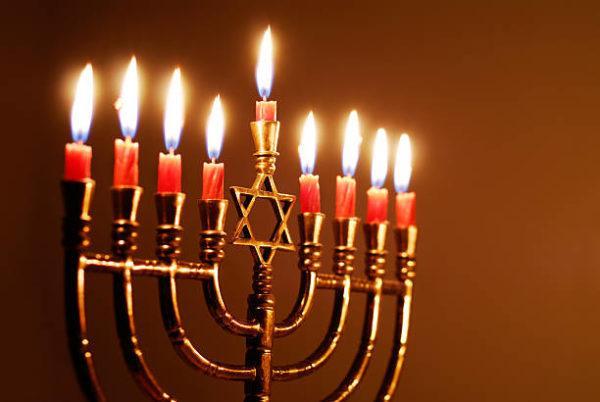 La menorá de Hanukkah con las nueve velas