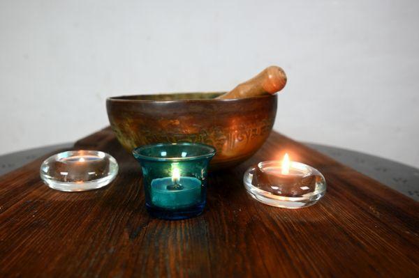 Tazón de canto tibetano y velas