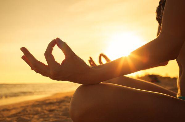 Mujer relax en la playa amanecer