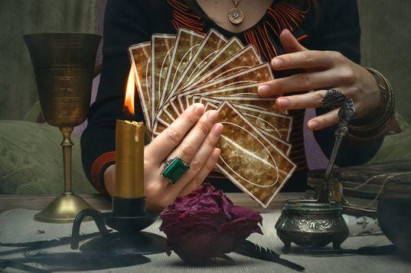 Tirada de tarot escogiendo cartas