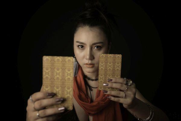 Mujer mostrando cartas ocultas