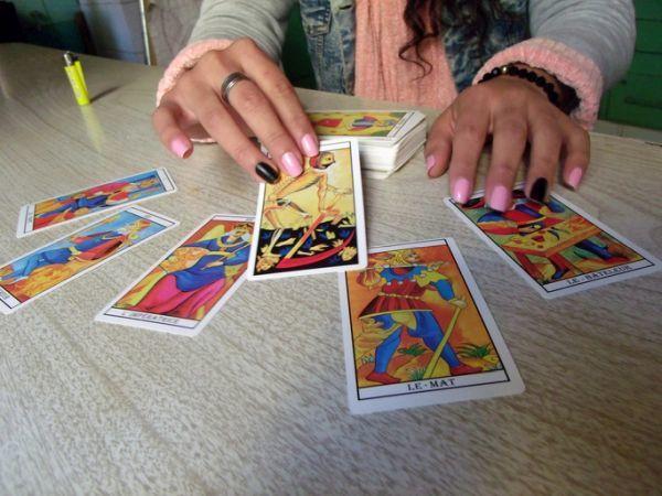 Adivina echando cartas