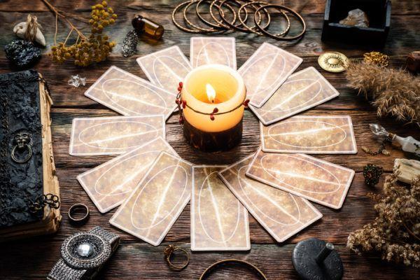 Círculo de cartas y vela