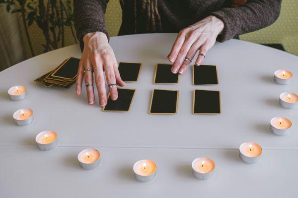 Semi círculo de velas para echar cartas