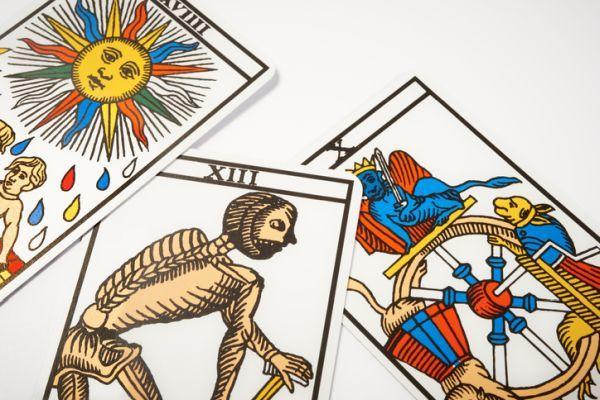 Carta de la muerte en el tarot con el sol y la rueda