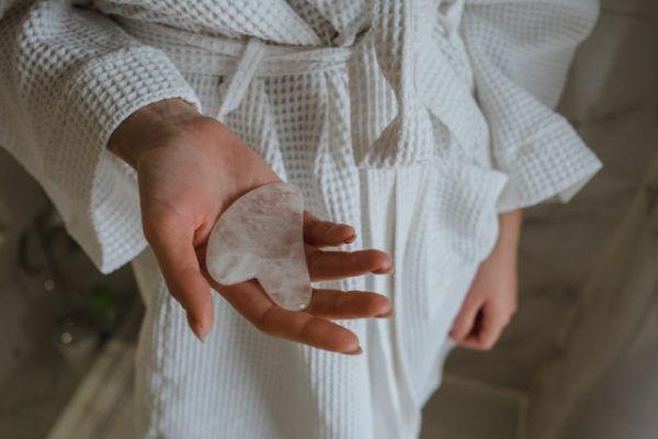 Mujer con cuarzo en mano