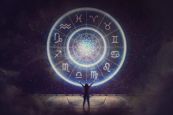 Mujer bajo rueda astrológica