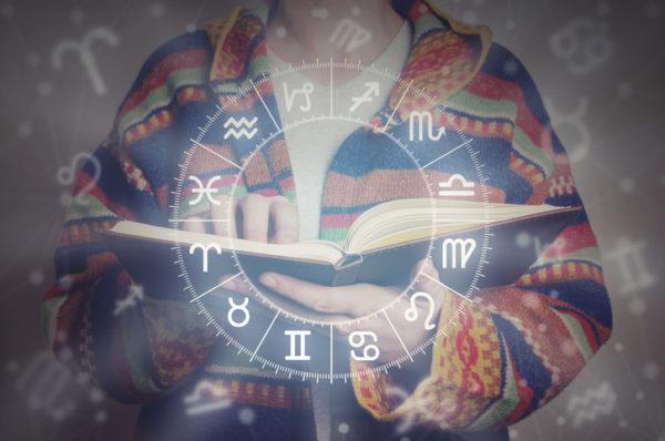 Mujer libro astrología