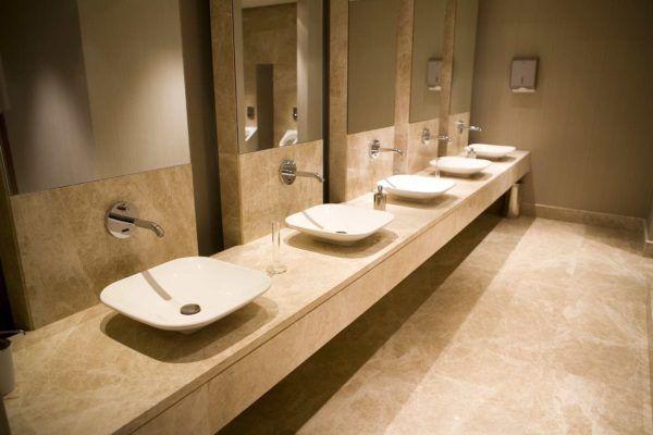 Soñar con un cuarto de baño público