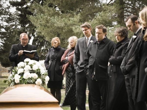 soñar-que-estamos-acompañados-en-un-funeral