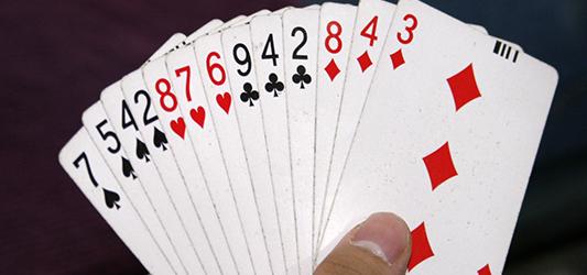 Soñar que ves a tu pareja jugando a las cartas