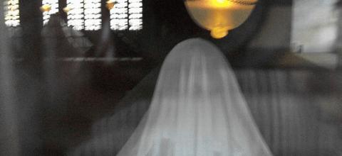 Sonar con una mujer fantasma vestida de blanco