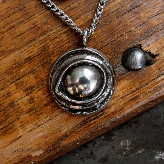 soñar-con-un-amuleto-si-eres-mujer