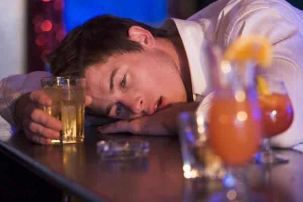 Soñar con estar borracho solo