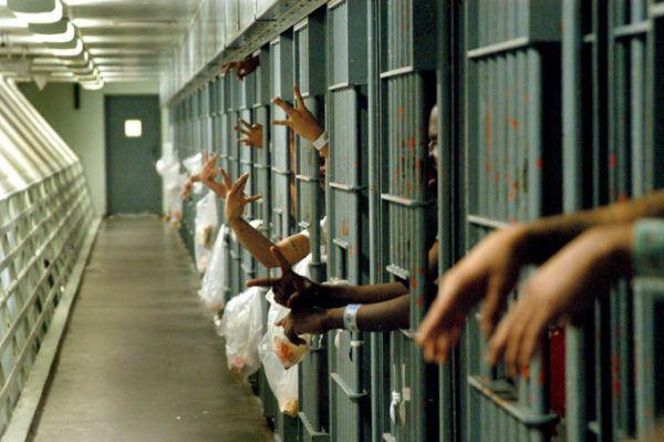 Soñar con ver un amigo en la cárcel