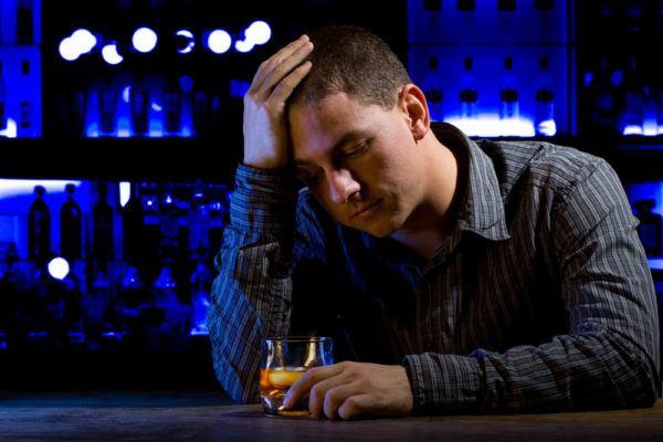 Soñar que estás borracho en un bar