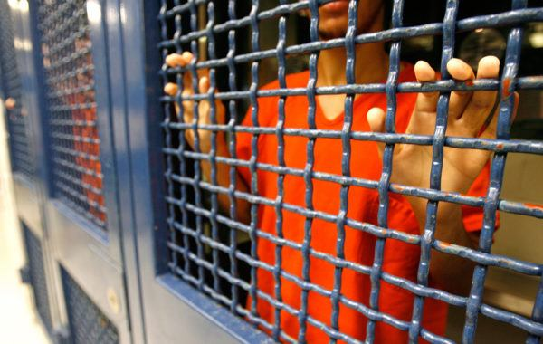 Soñar que vemos a alguien en la cárcel