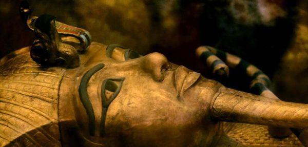 ARCHIVO - En esta imagen de archivo del jueves 5 de noviembre de 2015, uno de los famosos sarcófago del faraón egipcio Tutankamón, en una vitrina en el Valle de los Reyes, en Egipto. El análisis de los escáneres realizados en la sala funeraria del faraón Tutankamon mostró la existencia de dos habitaciones ocultas que podrían contener metal o restos orgánicos, explicó el jueves el ministro de Antigüedades de Egipto, Mamdouh el-Damaty. (AP Foto/Amr Nabil)